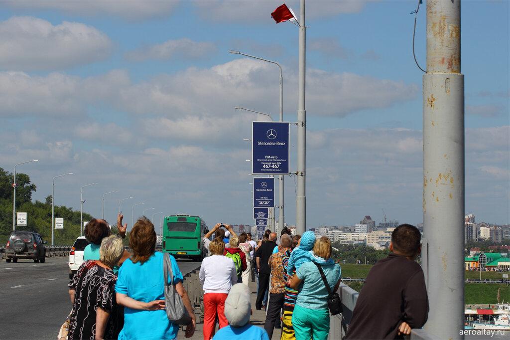 Зрители на Новом мосту в Барнауле смотрят авиашоу