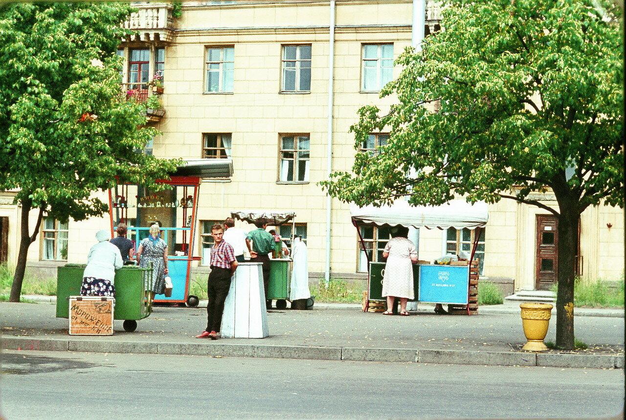 Минск. Площадь Победы - Небольшие уличные киоски
