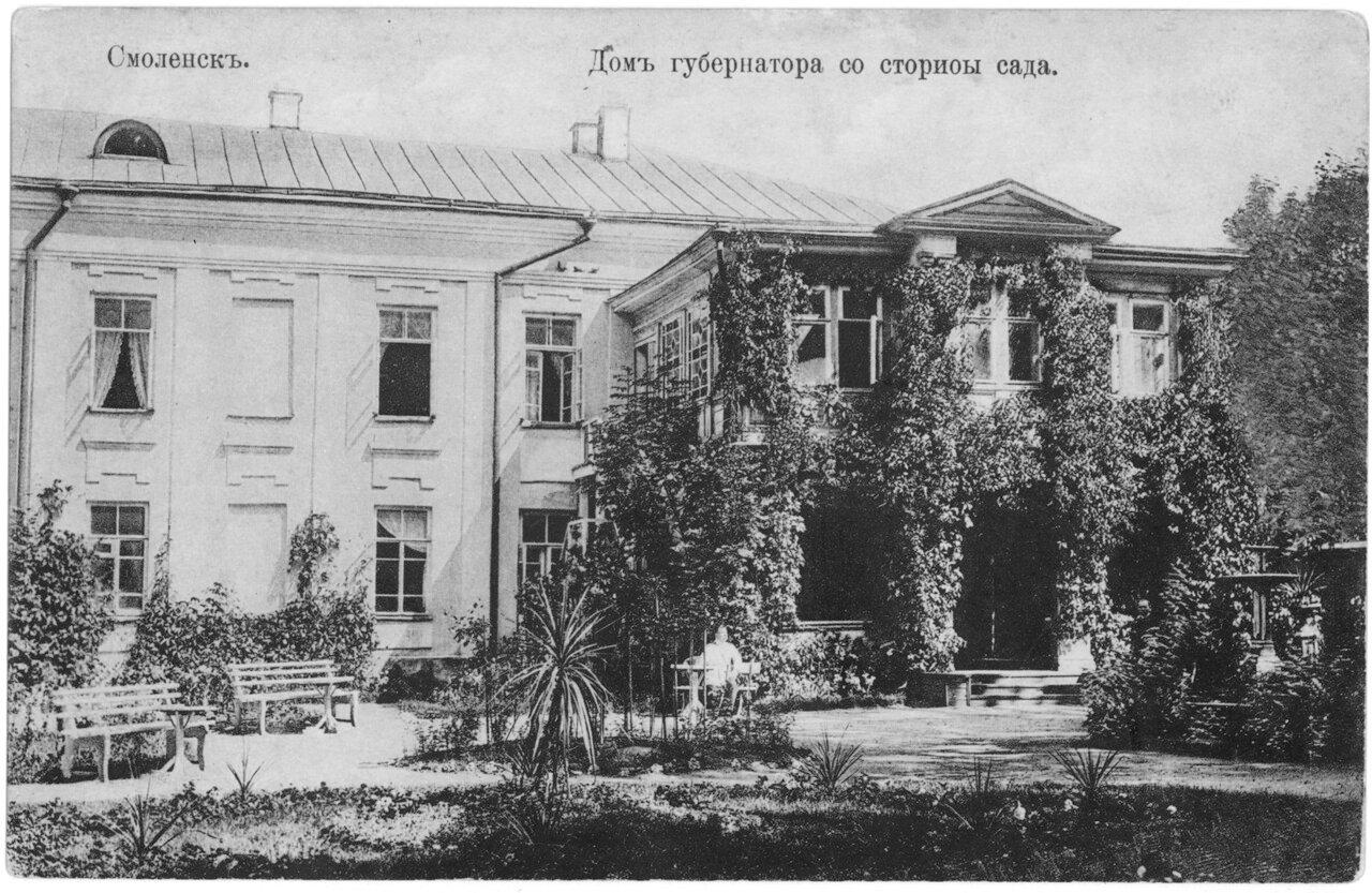 Дом губернатора со стороны сада