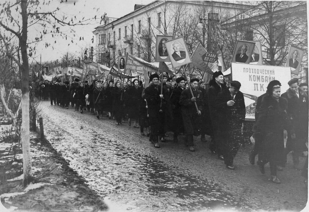 1957. Колонны демонстрантов на улице Ленина 7 ноября