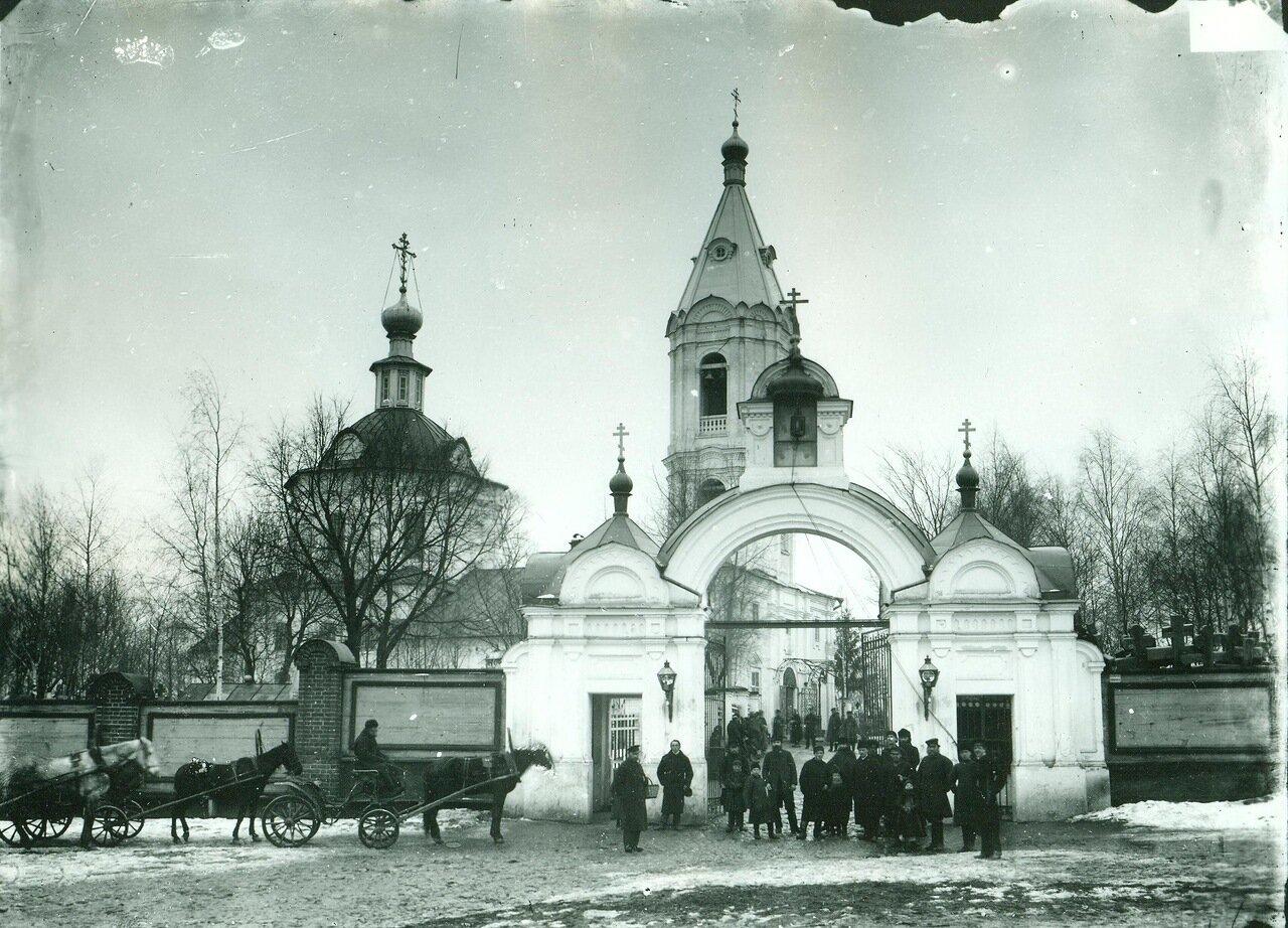 Церковь Петра и Павла. Кладбище