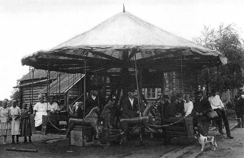 Карусель на сельской ярмарке. Фото. 1920-е.