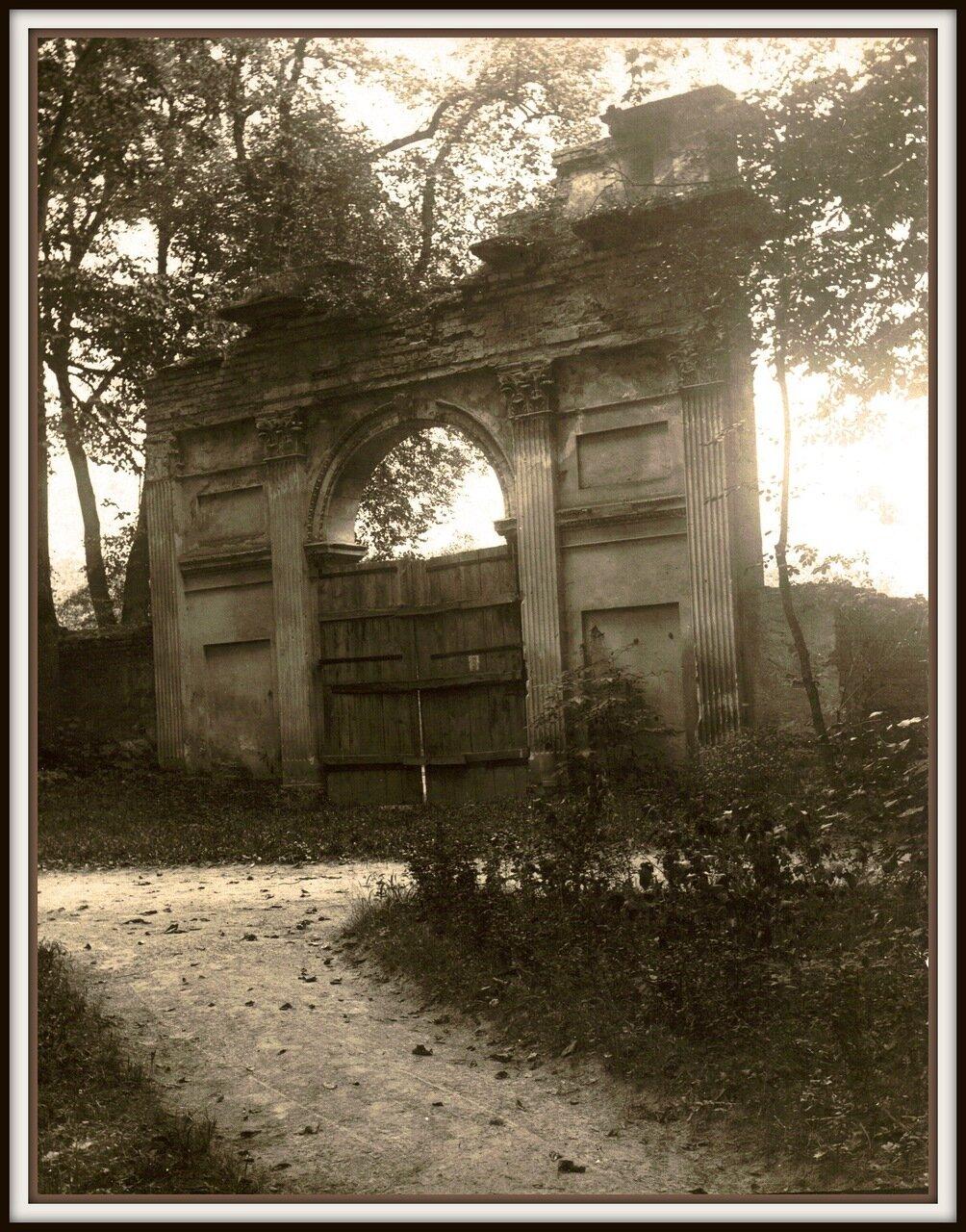 Старые ворота со стороны парка