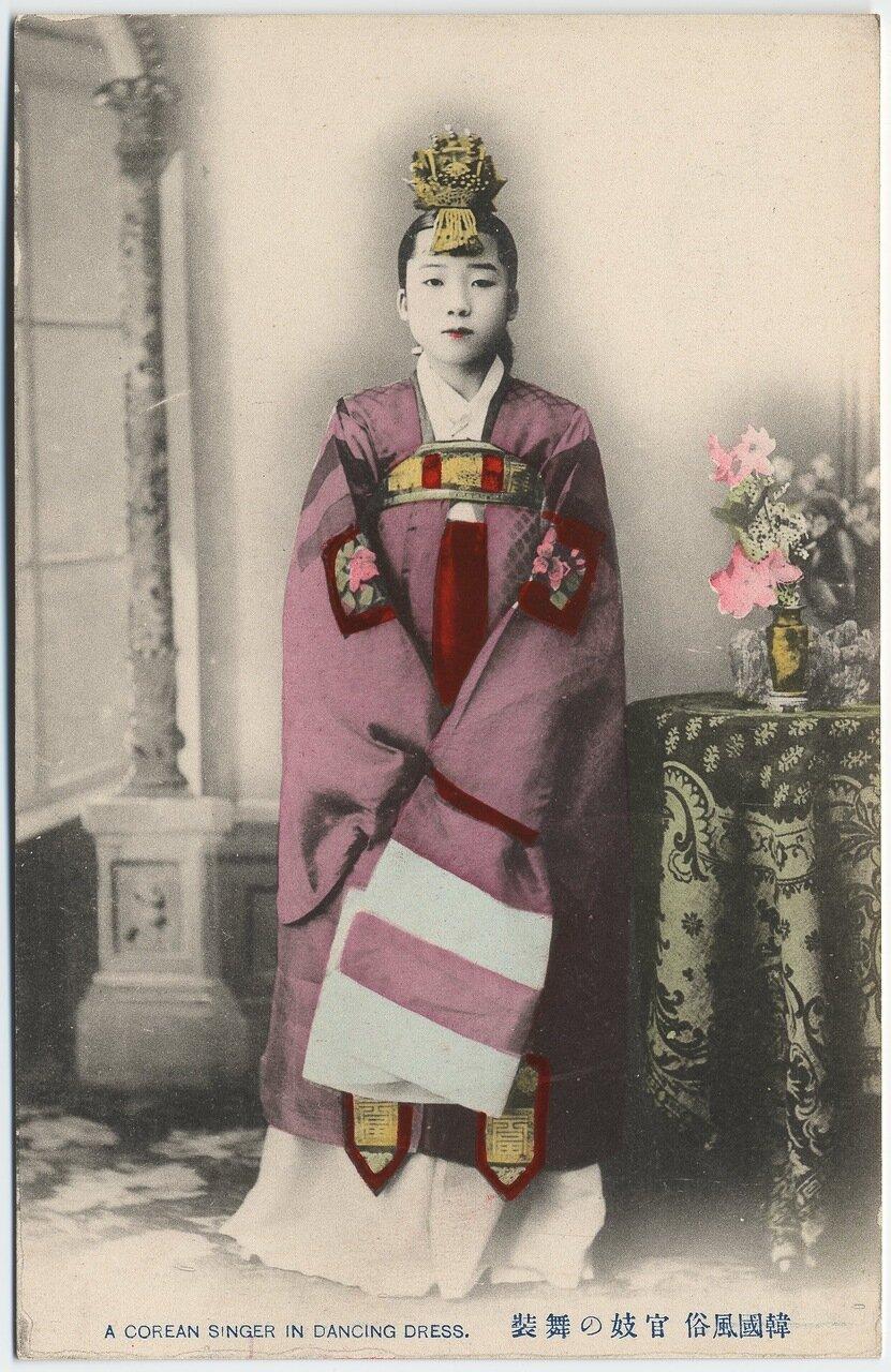 Корейская певица в платье