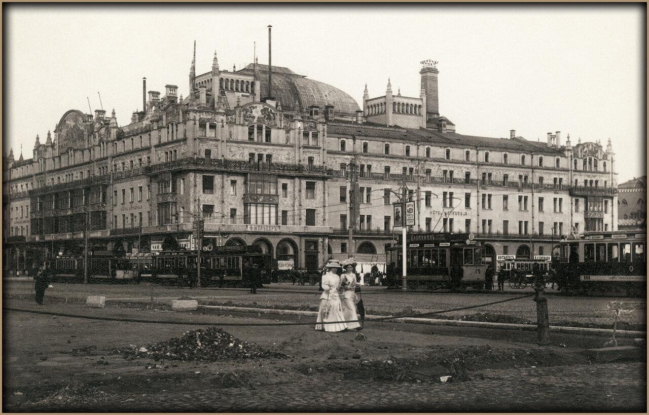 У здания гостиницы «Метрополь». 1910-е годы