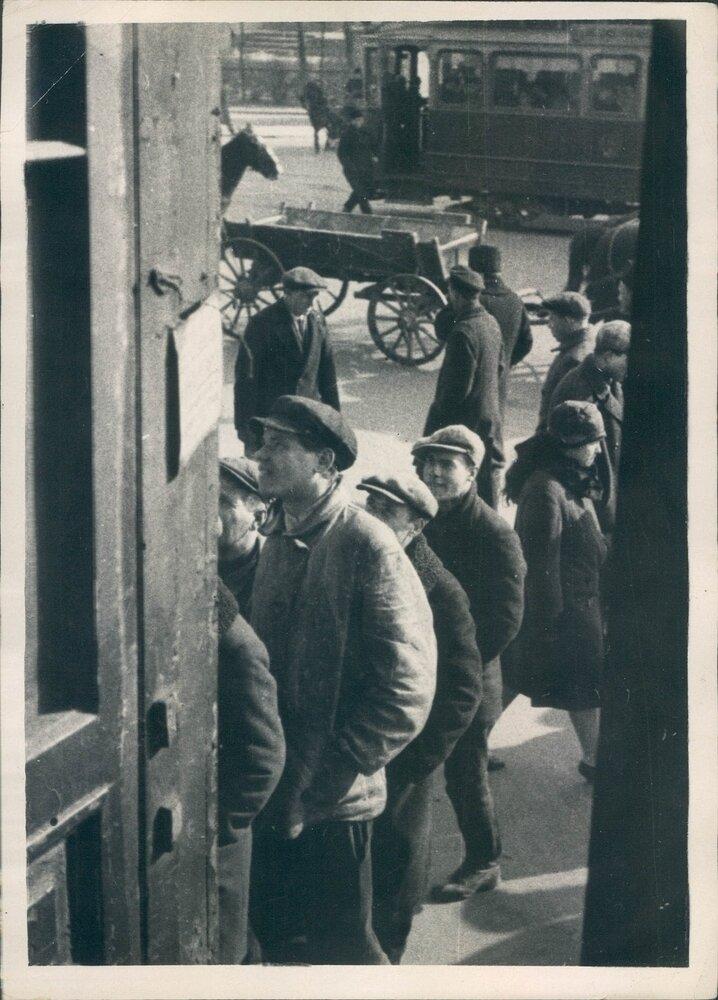 1929. Прохожие расматривают плакаты в Ленинграде