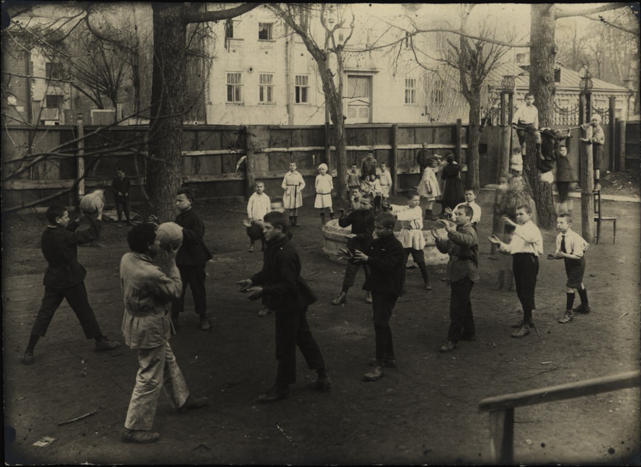 Москва. Еврейский детский дом имени Коминтерна. Игры в саду.1920-е - 1930-е.