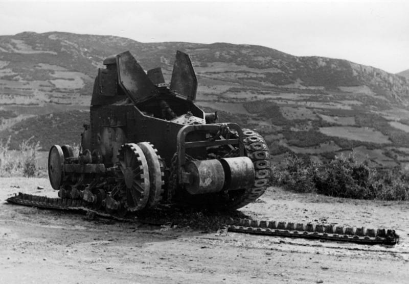 Подбитые югославские танки Renault FT-18.