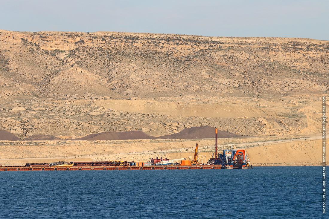 фото береговой линии полуострова Манышлак с борта теплохода Русь Великая в Тюб-Караганском заливе