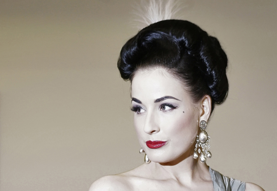 U.S. burlesque artiste Dita Von Teese poses before attending the traditional opera ball in Vienna Thursday January 31, 2008. Austrian businessman Richard Lugner invited Von Teese to join him on the Opera ball.  REUTERS/Herbert Neubauer  (AUSTRIA)