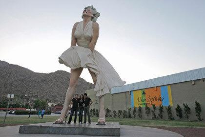На прощальную вечеринку статуи Мэрилин Монро был приглашён хор геев