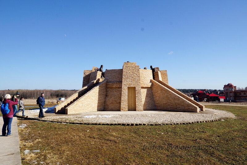 Пирамида с памятником четырем мудрецам. Этномир, Калужская обл.