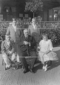 Председатель Лаун-теннис клуба - А. Д. Макферсон с детьми (стоят) - Роберт Артурович Макферсон III (слева) и Артур Артурович Макферсон II