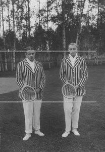 Дети председателя Лаун-теннис клуба А. Д. Макферсона (слева направо) - Роберт артурович Макферсон III и Артур Артурович Макферсон II с теннисной ракеткой