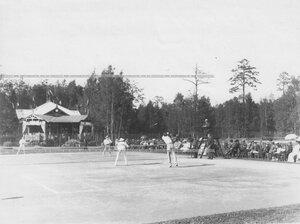Момент парной игры на площадке Крестовского Лаун-теннис клуба