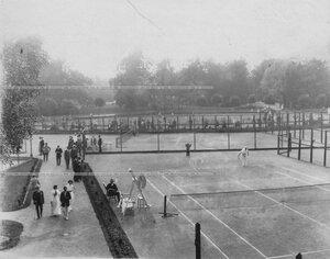 Члены Крестовского Лаун-теннис клуба перед игрой