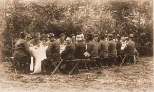 Группа участников царской охоты за обедом; справа - император Александр III, по правую руку от него - императрица Мария Федоровна; третий от неё - министр императорского двора и уделов И. И. Воронцов-Дашков