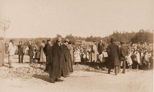 Император Александр III, императрица Мария Федоровна (в центре) и сопровождающие их лица среди местных жителей, устроивших царским особам торжественную встречу.