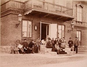Группа членов императорской фамилии и сопровождающие их лица на крыльце дома перед охотой