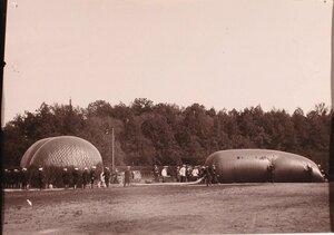 Император Николай II и группа офицеров наблюдают за наполнением воздушного шара дирижабля.