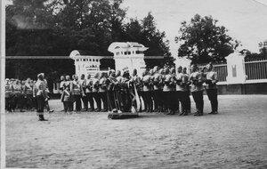 Император Николай II и цесаревич Алексей обходят нестроевую роту в день полкового праздника и парада полка.