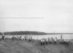 Строительство прибрежного укрепления во время полевых учений батальона в Усть-Ижоре.