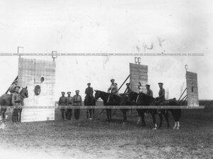 Группа офицеров у мишеней во время стостязаний.