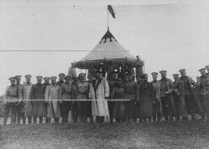 Командир гвардейского корпуса генерал В.М.Безобразов и начальник артиллерийского корпуса генерал П.П.Потоцкий с группой офицеров-артиллеристов гвардии.