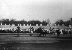 Император  Николай  II со свитой и конвоем на плацу перед Екатерининским дворцом здоровается с полком.