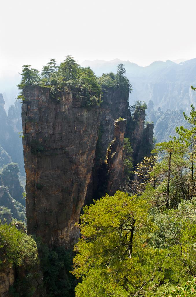 Фото 3. Поездка в Китай самостоятельно. Национальный парк Чжанцзяцзе. Отчет об экскурсии. Отвесная скала рядом с Шентанг Бэй