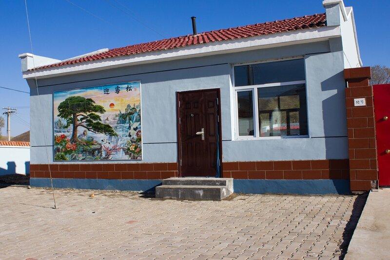 китайский поселок с картинами на стенах в предгорьях Инь Шаня