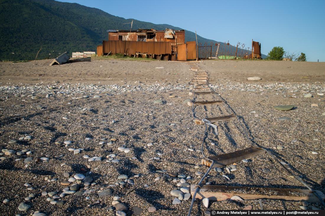 Ржавое здание на берегу черного моря