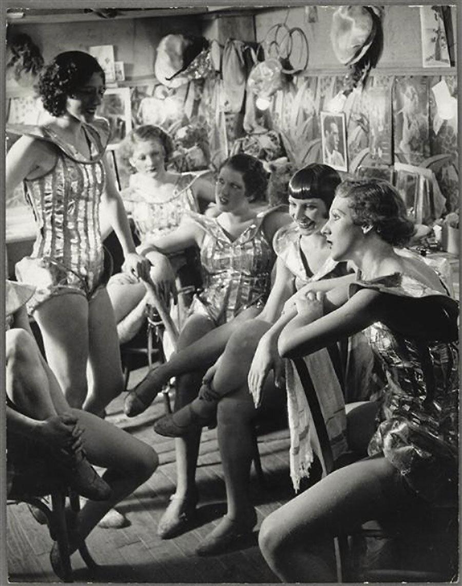 1932. Фоли-Бержер. Английские танцовщицы в гримерке