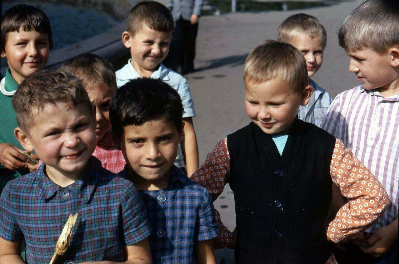 09. Группа детей возле фонтана на сквере Кирова