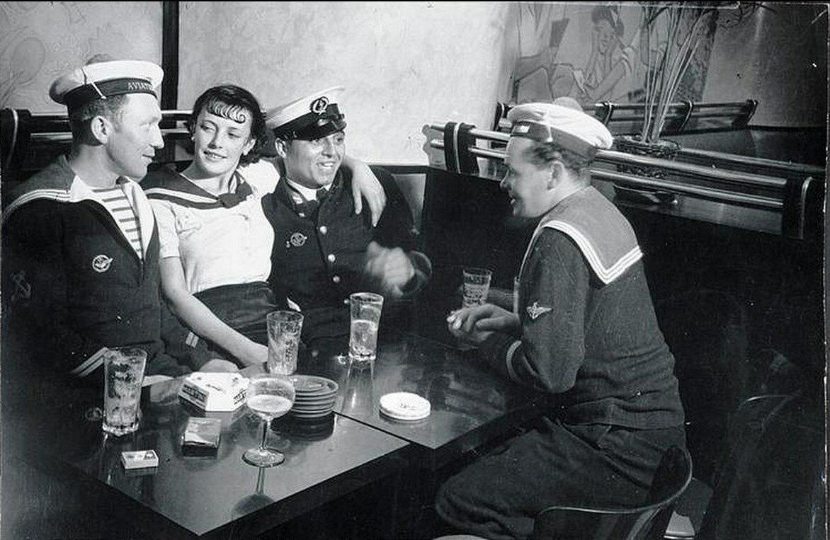 1931. Кончита с ребятами из военно-морского флота в кафе на площади Италии
