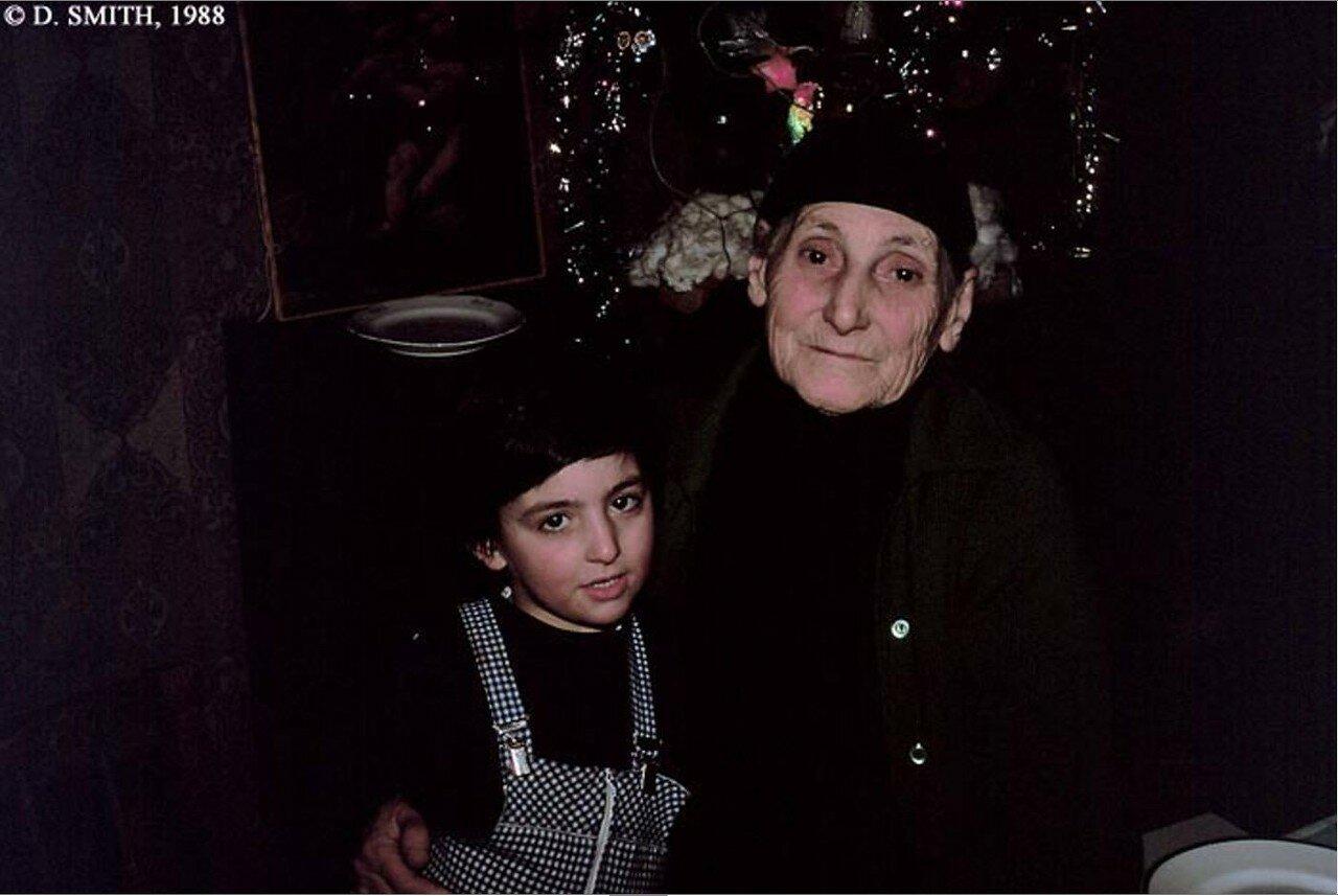 Тбилиси. Грузинская бабушка с внуком