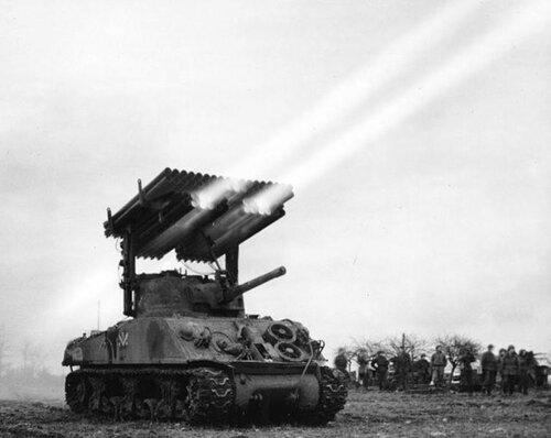 "Залп РСЗО T34 Calliope установленной на танке M4A2 ""Шерман""."