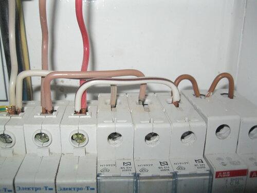 Срочный вызов электрика аварийной службы в мини-отель из-за частичного отключения электроснабжения после короткого замыкания в розетке