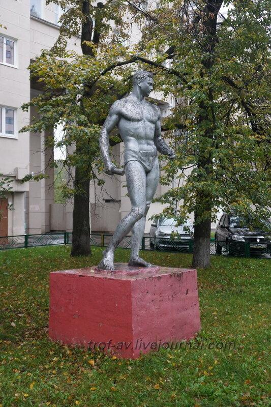 Статуя Спортсмен с гранатой, Москва