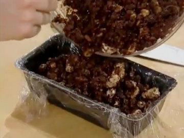 Шоколадную массу поместить в форму