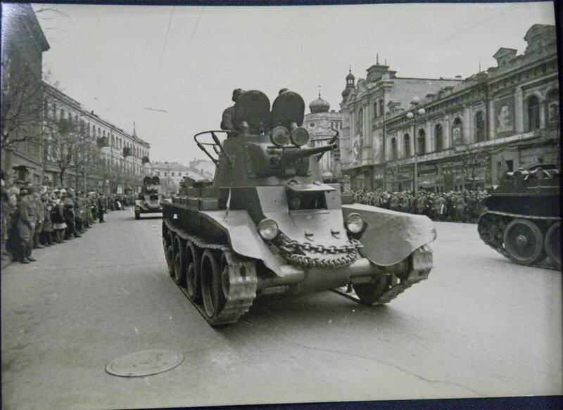 Танки БТ-7 с конической башней проезжают по Крещатику во время военного парада 7 ноября 1938 года.