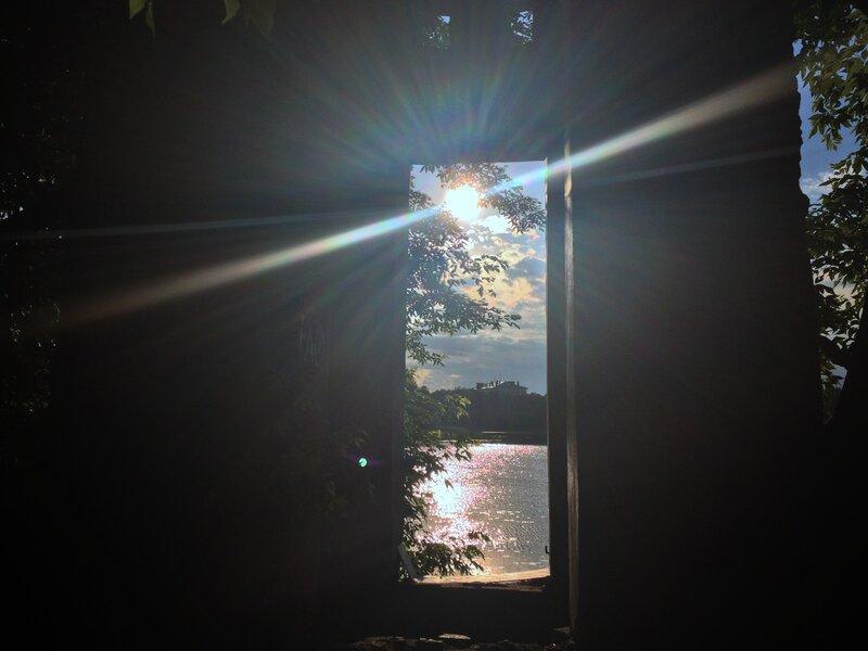 Парковая ротонда усадьбы Михалково. Вид на Большой Головинский пруд, в лучах заката