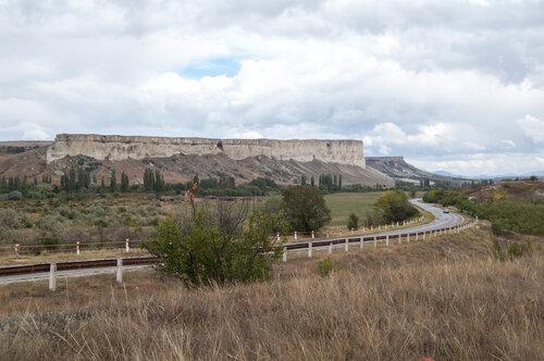 вид на Ак-кая (Белую скалу от Сарак-кая у села Мироновка, Белогорский район