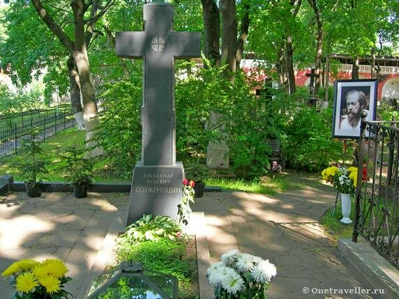 Могила Солженицына в некрополе Донского монастыря
