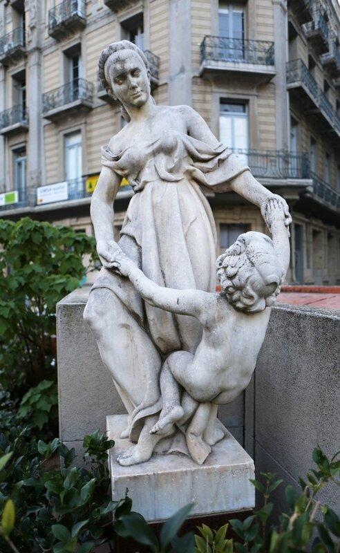 Tortosa, Тортоса, Placa Alfonso XII, Скульптура «Мать и сын»