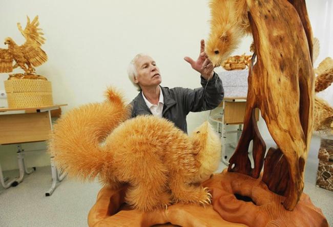 Школьный учитель изсела Кожаны Красноярского края Сергей Бобков создает удивительные скульптуры из