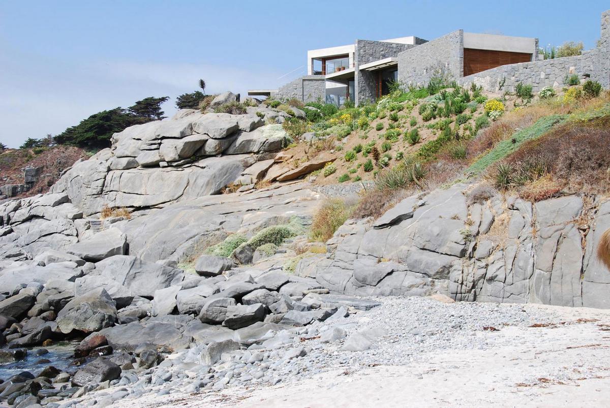 Izquierdo Lehmann Arquitectos, частный дом в Чили, дом на берегу океана, дом для большой семьи, дом для двух семей, дом с видом на океан, садик во дворе дома