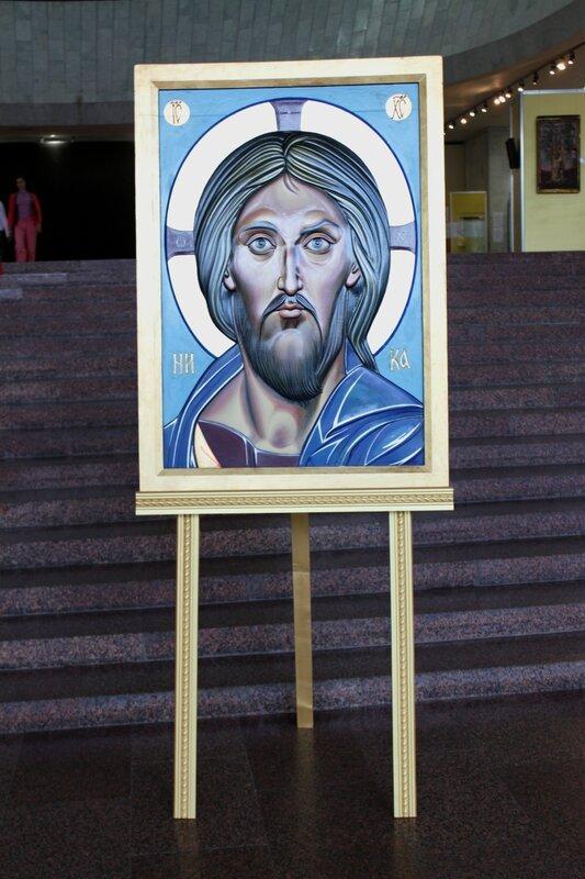Вход на выставку икон в Украинском доме