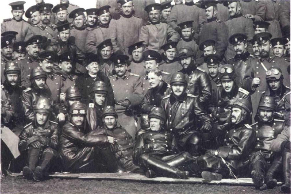 Группа военных летчиков Восемнадцатого корпусного авиаотряда. Весна 1914 г..jpg