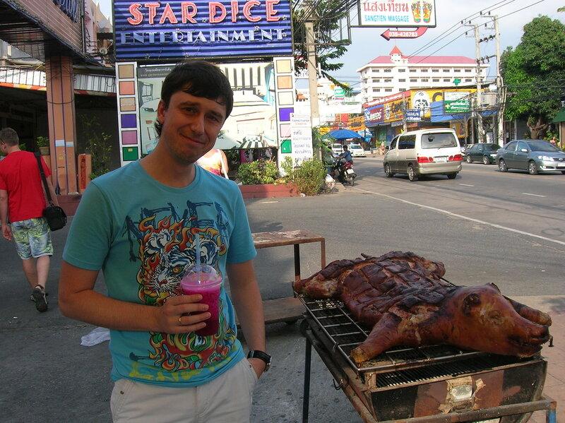 Еда в Таиланде - жареный поросенок (Food in Thailand - roasted pig).